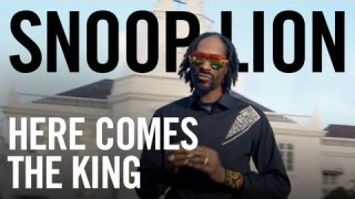 Snoop Lion ft. Major Lazer & Angela Hunte – « Here Comes the King » (Official Video)